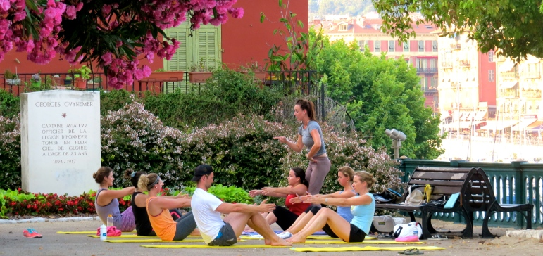 Outdoor training in Nice | A full session warming up the back flexors and extensors before abdominal work